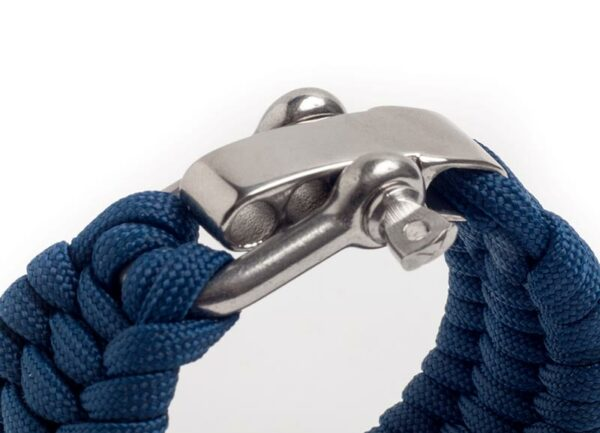 Paracord-armbanden har en sinnrik låsanordning.